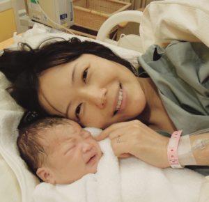 六車奈々さんと出産した赤ん坊が一緒に寝ている写真
