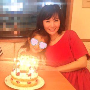 六車奈々が娘の誕生日を祝っている