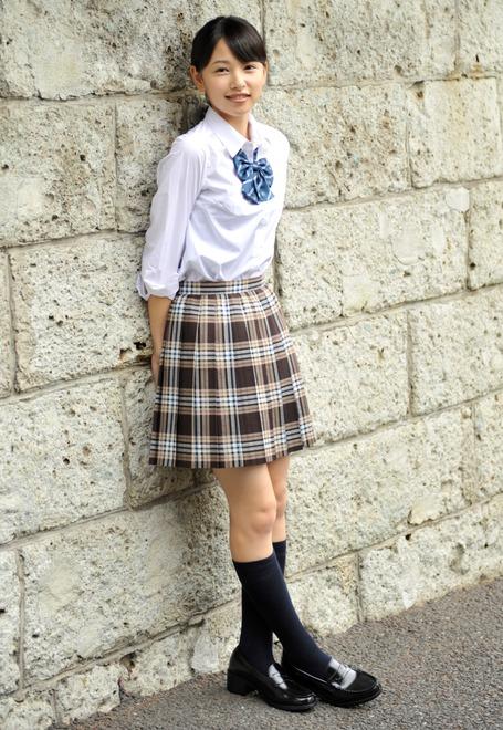 ミニスカート姿の桜井日奈子さん