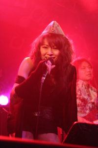 ライブ中の岩崎リズ